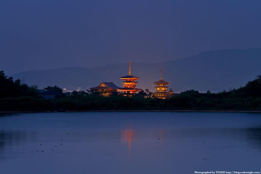 奈良 薬師寺のライトアップと大池 夕景