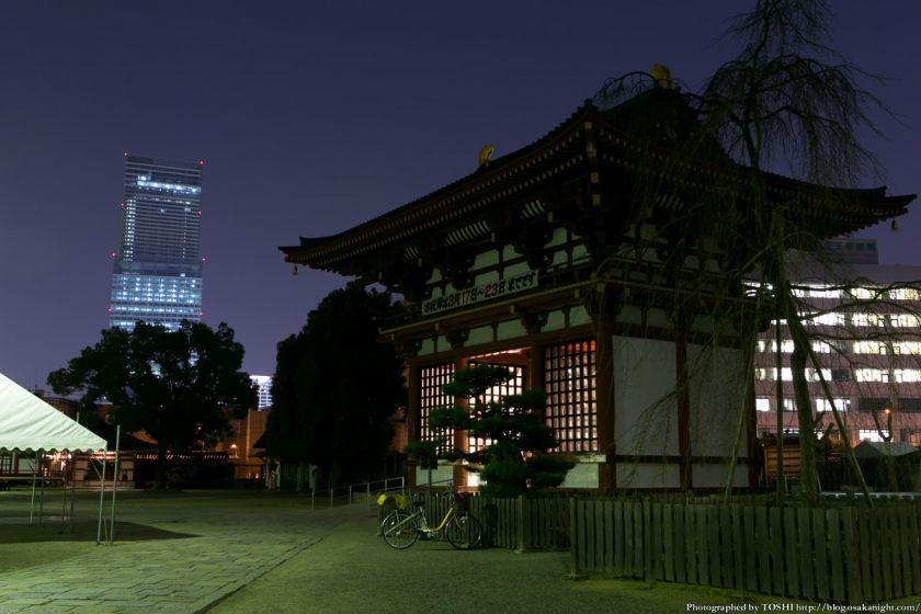 四天王寺 極楽門とあべのハルカス 夜景