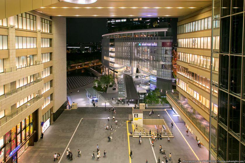 JR大阪 アトリウム広場とグランフロント大阪 夜景