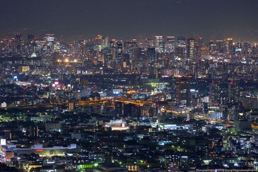 生駒山 なるかわ園地 みはらし休憩所からの夜景 05 大阪都心の高層ビル群