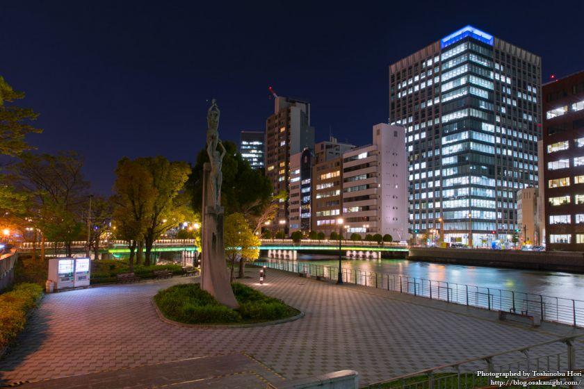 栴檀木橋と「緑の賛歌」像 夜景 2017年4月
