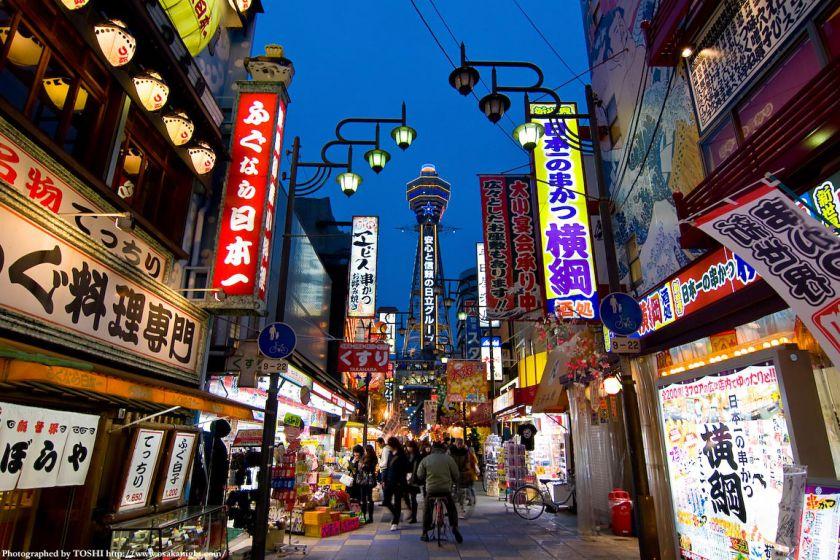 大阪・新世界の街並み 夕景