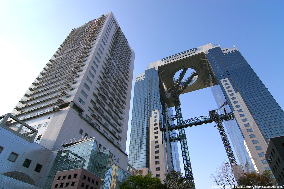 ウェスティンホテル大阪 1993年開業のウェスティンホテル大阪(左)。梅田スカイビルのある新梅.